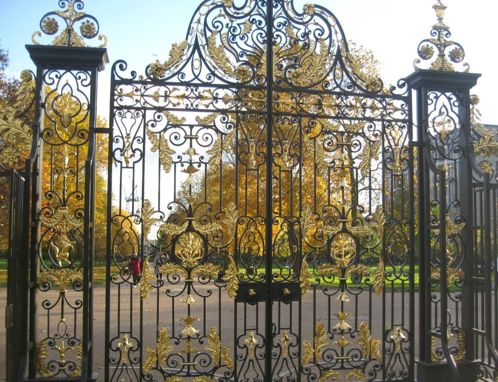 The gates between Kensington Palace and the park. Photo by me.