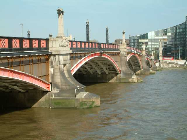 Lambeth Bridge, London. Wikimedia Commons.
