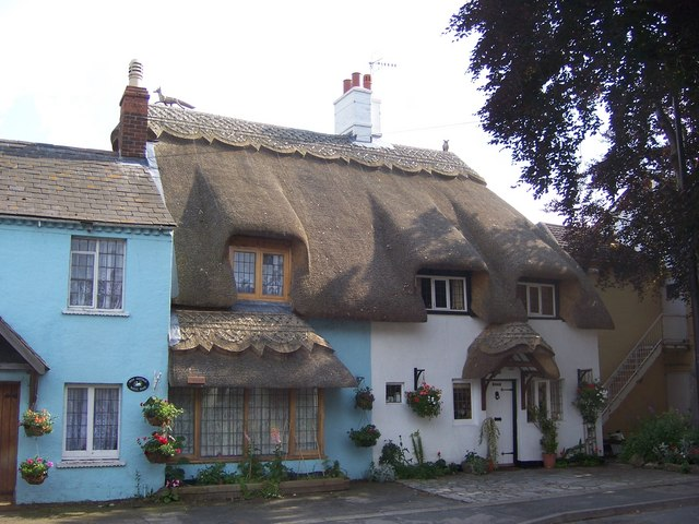 Thatched Cottages, Wyre Piddle. Photo by Terry Robinson, Creative Commons
